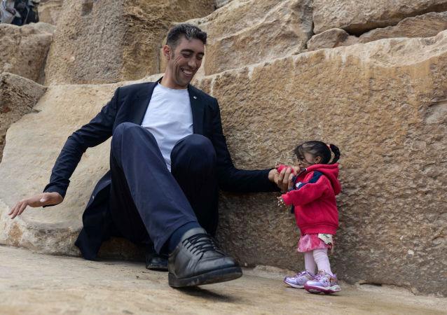 Nejvyšší muž na světě Sultan Kosen a nejnižší žena na světě Jyoti Amge