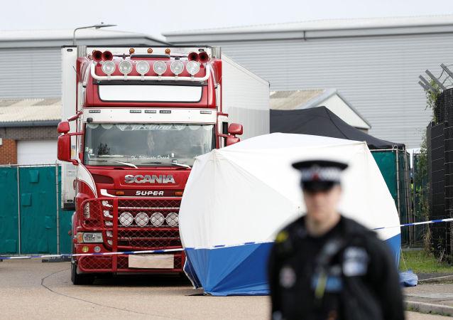 Kamion, ve kterém bylo objeveno 39 mrtvých těl