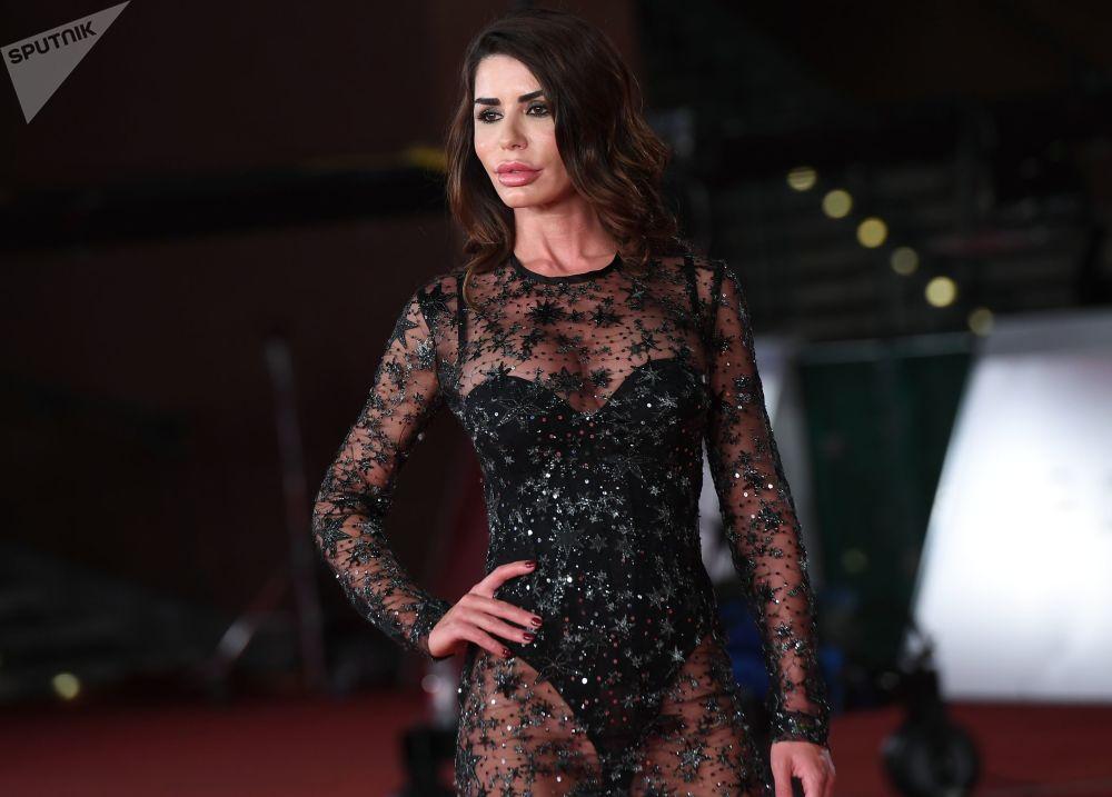 Herečka Tamara Alcañizová na červeném koberci před premiérou filmu Zlatokopky na 14. mezinárodním filmovém festivalu v Římě.