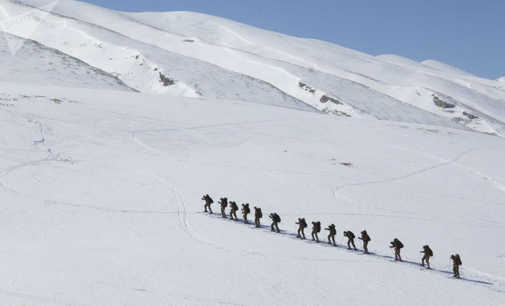 Příslušníci průzkumné roty zvláštního určení 33. mechanizované horské brigády v dagestánských horách.