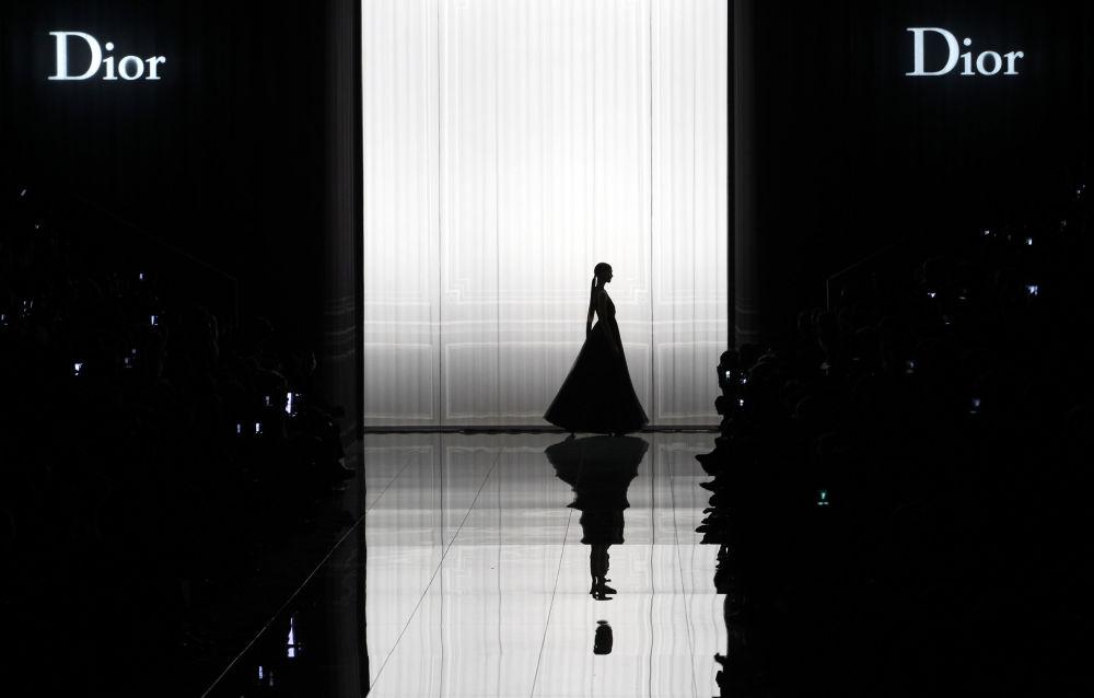 Modelka předvádí kolekci Dior podzim-zima 2013 v rámci Týdne módy v Paříži.