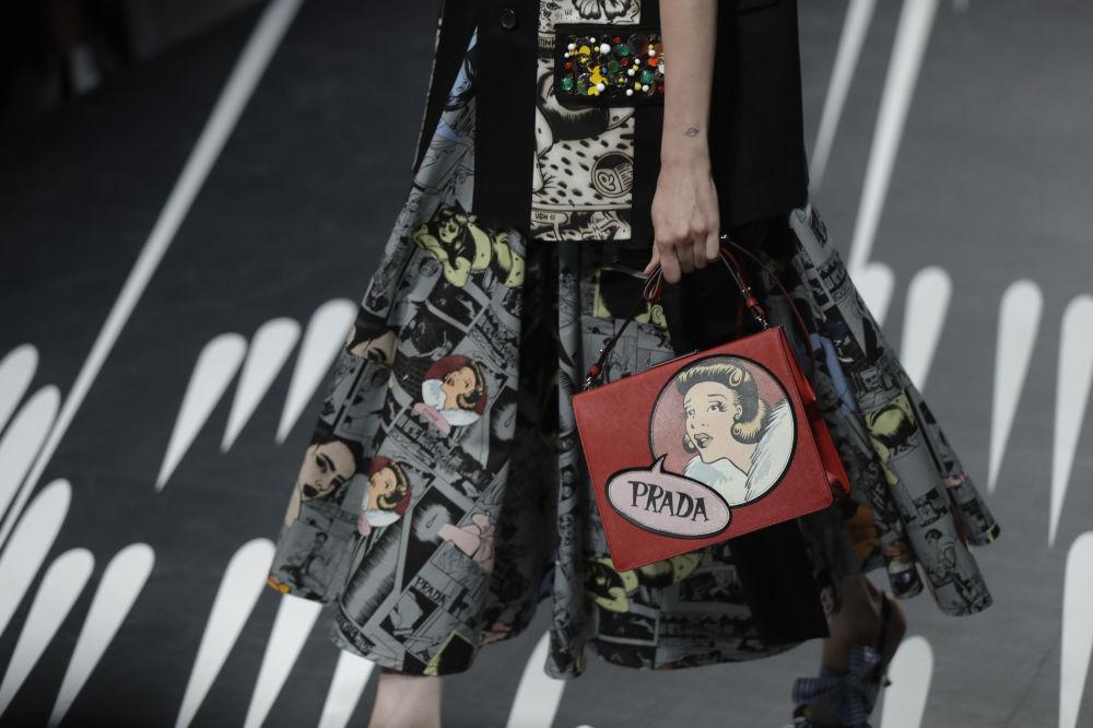 Modelka s kabelkou Prada v Miláně.