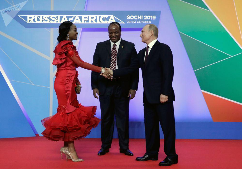 Ruský prezident Vladimir Putin a král Svazijska Mswati III. s jeho manželkou v rámci summitu Rusko-Afrika v Soči.