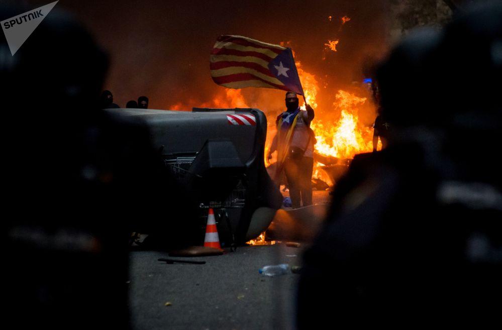 Protesty v Barceloně proti trestu organizátorům referenda o samostatnosti Katalánska v roce 2017.