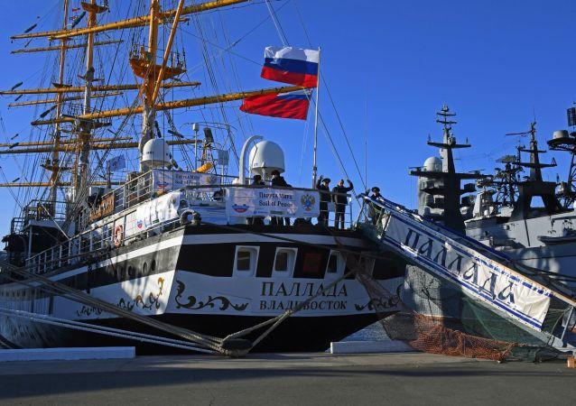 Loučení s plachetnicí Pallada, která se vydává na cestu kolem světa.