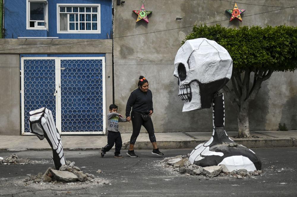 Socha kostlivce postavená u příležitosti oslav dne mrtvých v Mexiku (28. 10. 2019)