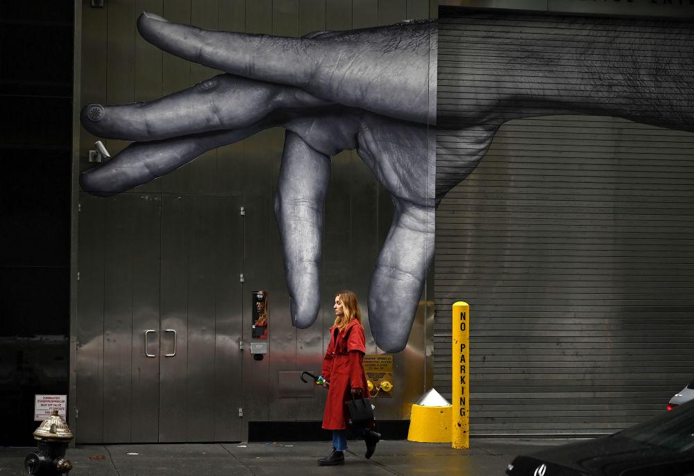 Žena jde kolem graffiti v New Yorku
