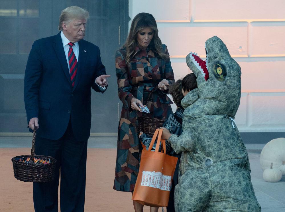 Americký prezident Donald Trump spolu s první dámou Melanií rozdává dětem sladkosti před Halloweenem (28. 10. 2019)