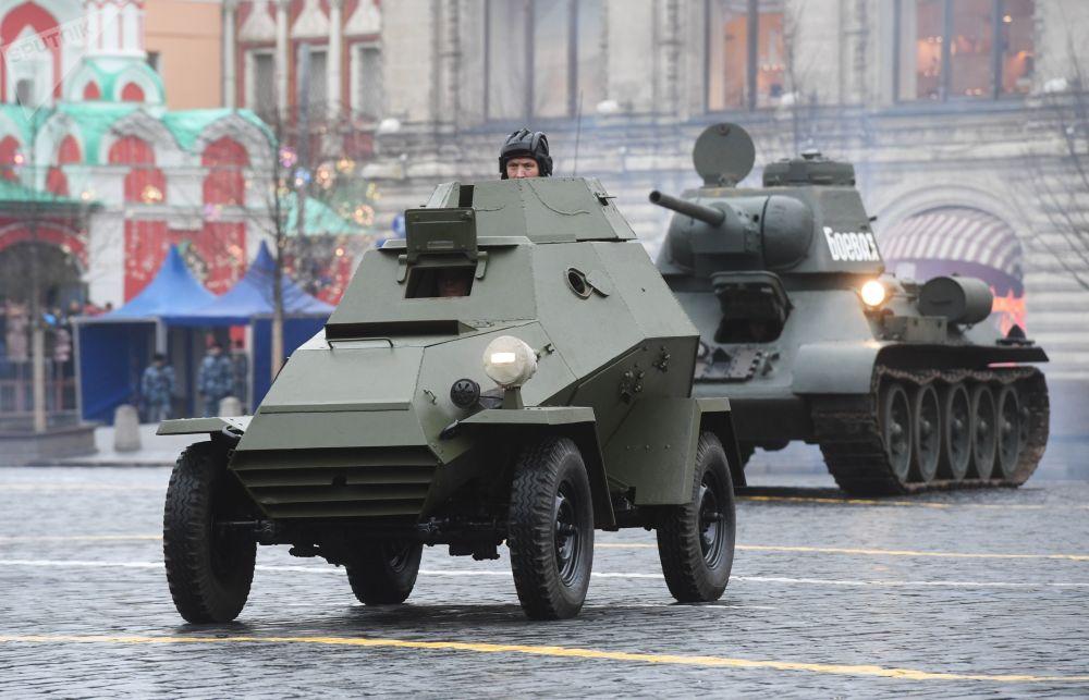 Sovětská obrněná vozidla na zkoušce pochodu věnovanému 78. výročí vojenské přehlídky z roku 1941 na Rudém náměstí