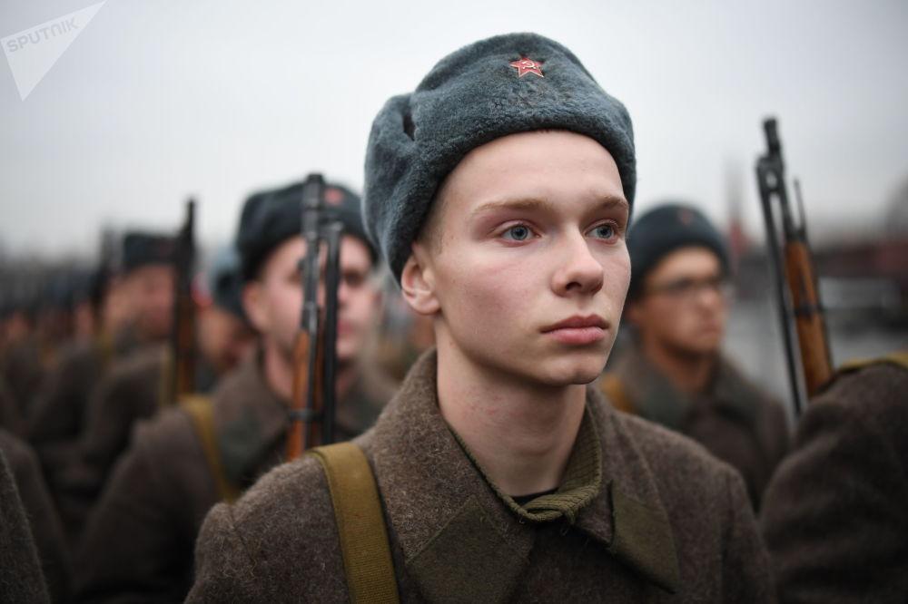 Vojáci v sovětské uniformě během generální zkoušky pochodu věnovanému 78. výročí vojenské přehlídky z roku 1941 na Rudém náměstí.