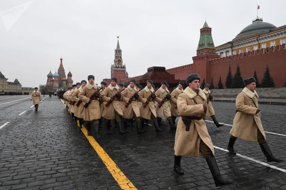 Vojáci v zimní uniformě během generální zkoušky pochodu věnovanému 78. výročí vojenské přehlídky z roku 1941 na Rudém náměstí