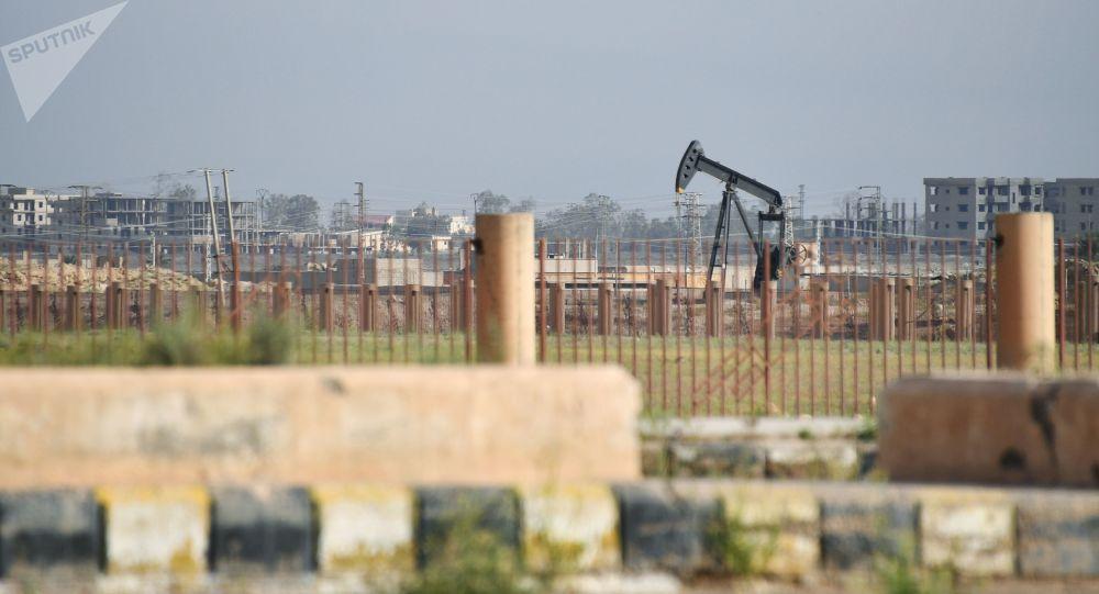 Ropný vrt na okraji Dajr az-Zaura, Sýrie