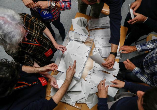 Členové volební komise při sčítání hlasovacích lístků v Madridu
