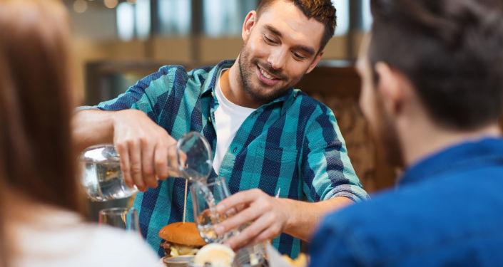 Muž v jídelně