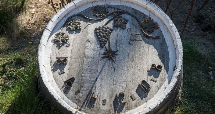 Sluneční hodiny na starém dubovém sudu v areálu vinařského závoda Inkerman