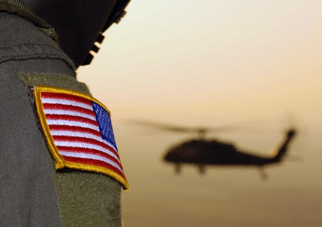 Americká vlajka a vrtulník UH-60A Black Hawk
