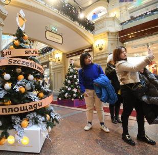 Kouzelný novoroční stromeček Sputniku v srdci Ruska hovoří až 33 jazyky.
