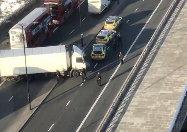 Londýnská městská policie uzavřela most London Bridge na pozadí zpráv o střelbě