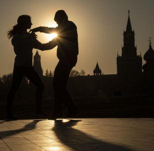 Pár tančí v parku Zarjadje v Moskvě