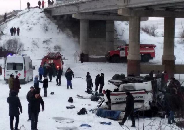 Autobus spadl z mostu. Zabajkalsko, Rusko