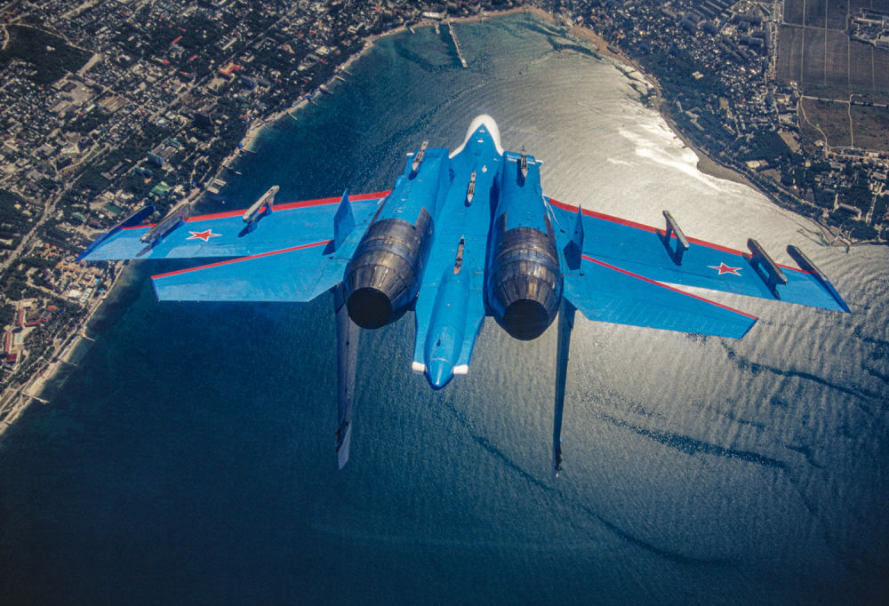 Ruský víceúčelový těžký stíhací letoun Su-27 akrobatického týmu Russkije viťazi