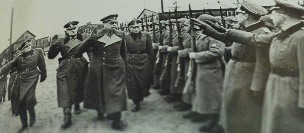 Generál Andrej Vlasov společně s německými důstojníky pořádá přehlídku jednotek ROA