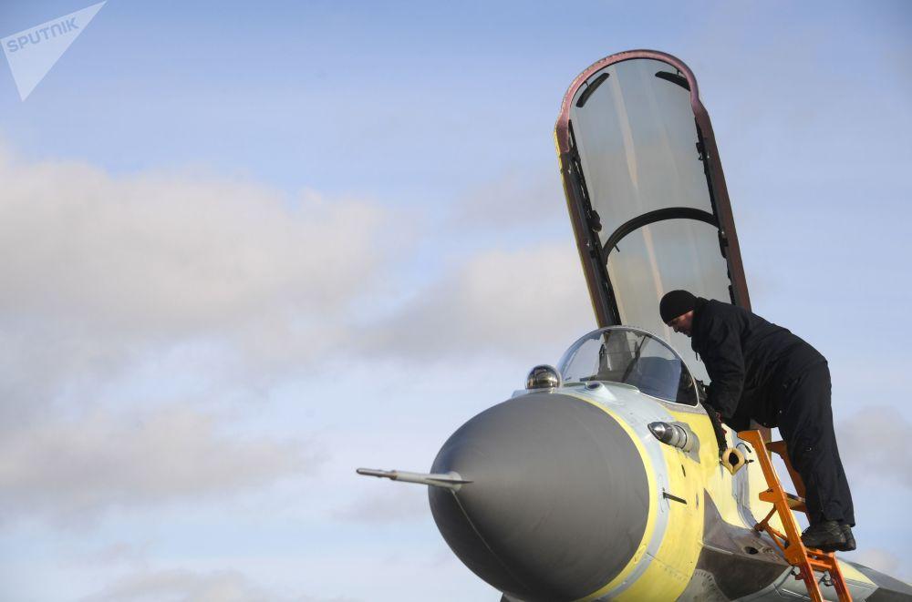 Zaměstnanec Luchovického leteckého závodu během předletové přípravy MiG