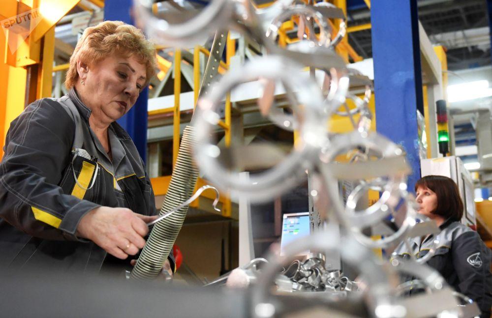 Zaměstnanci Luchovického leteckého závodu v montážní dílně