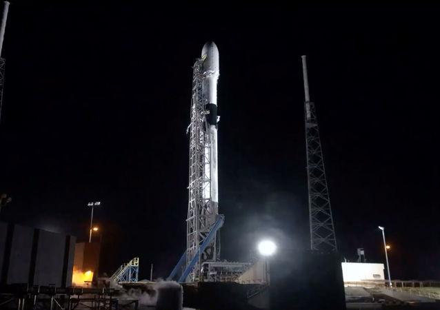 Raketa Falcon-9 společnosti SpaceX  je připravena dopravit na oběžnou dráhu 60 družic Starlink (23. 5. 2019)