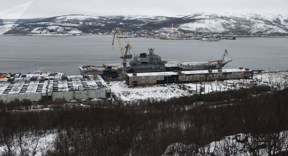 Letadlový křižník Admiral Kuzněcov u přístavu 35. lodního závodu v Murmanské oblasti
