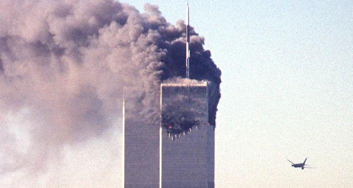 Bojovníci Al-Káidy se zmocnili čtyř dopravních letadel a zamířili dvě z nich na věže Světového obchodního centra (WTC), a dvě další – na Pentagon a pravděpodobně také na Bílý dům nebo na Kapitol