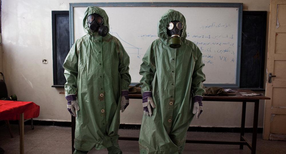 Dobrovolníci nosí ochranné vybavení během vyučování o tom, jak reagovat na chemické útoky, Sýrie.