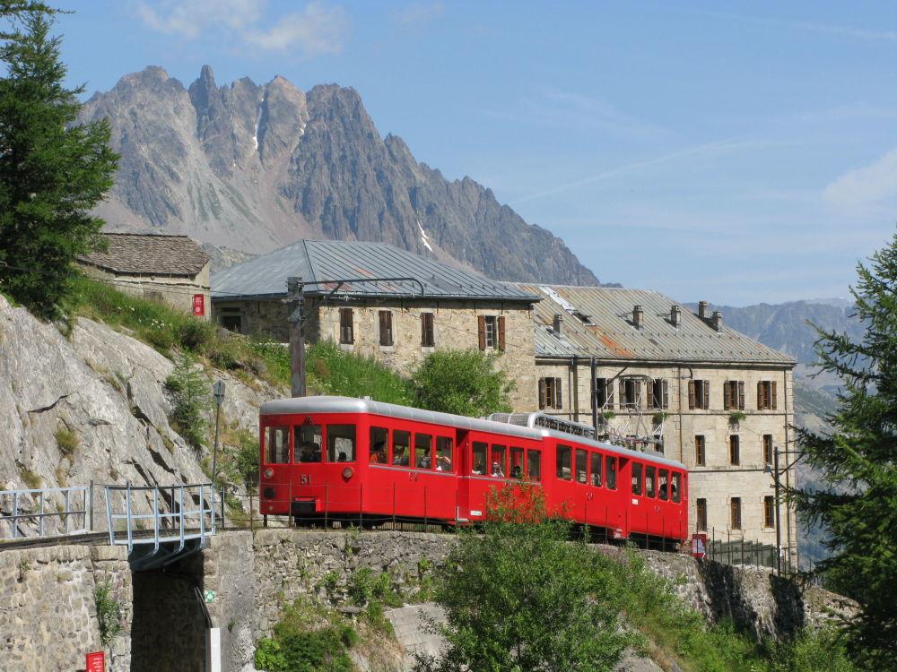 Horská tramvaj vedoucí k hoře Mont Blanc