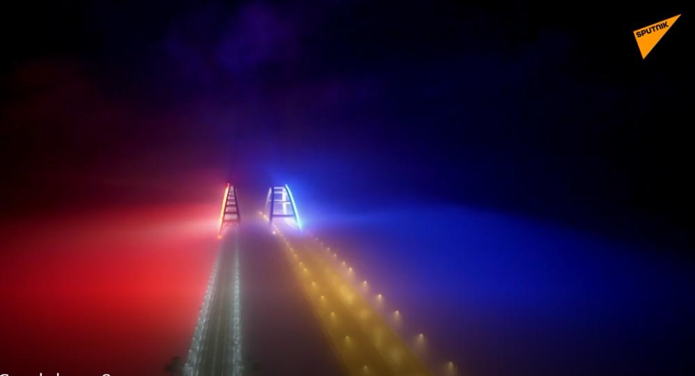 Video: Celý Krymský most v noci najednou zazářil barvami ruské trikolory