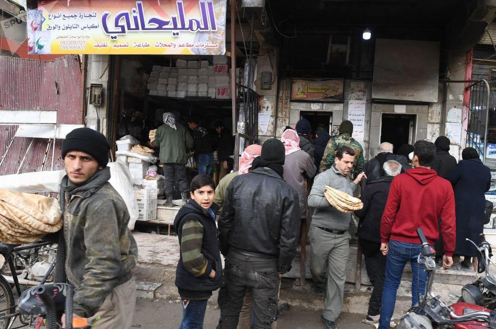 Obyvatelé města Dúmá ve frontě na chléb