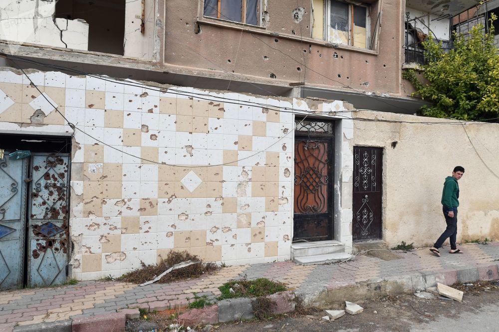 Poškozené domy ve městě Dúmá, Sýrie