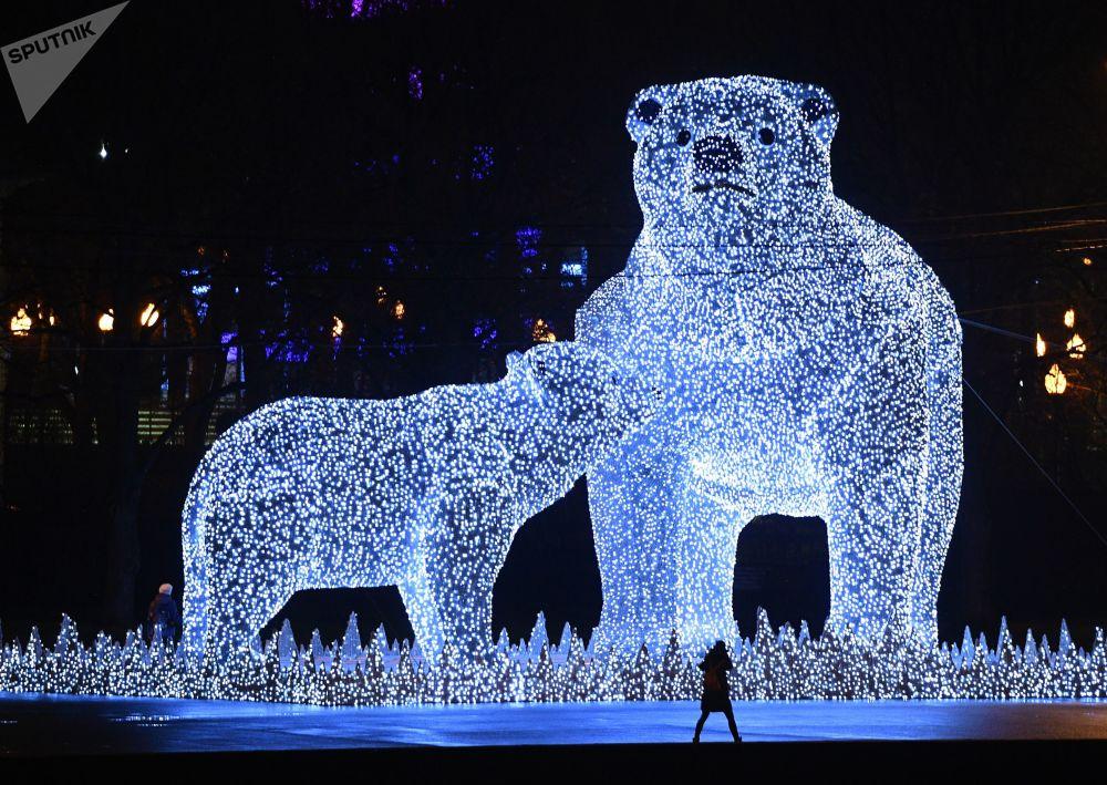Sochy ledních medvědů na Puškinově nábřeží v Moskvě