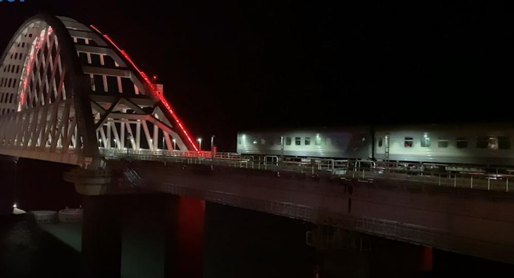 První osobní vlak dorazil na Krym. Za 43 a půl hodiny přejel přes 118 řek