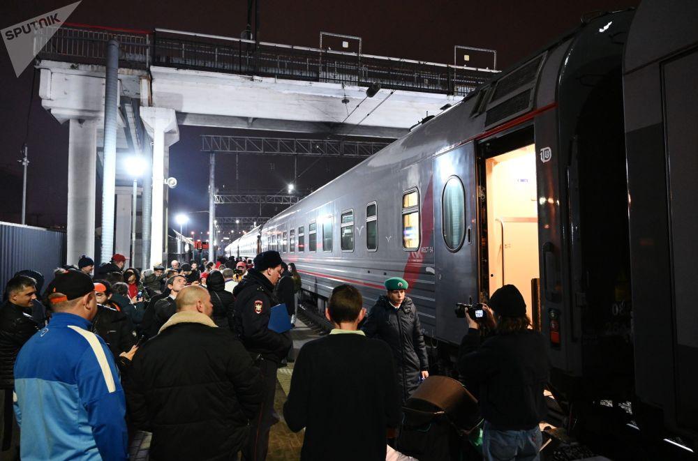 Cestující u vlaku Tavria