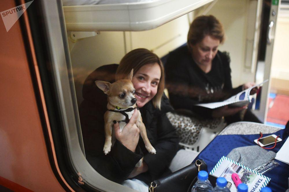 Cestující v kupé vlaku Tavria