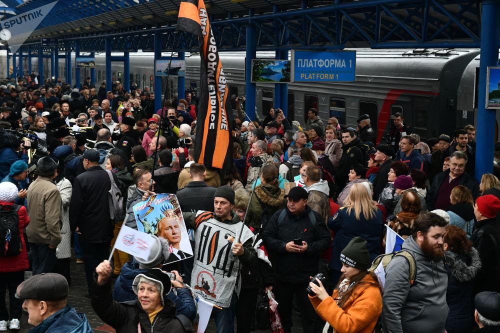 Vítání na nástupišti nádraží v Sevastopolu