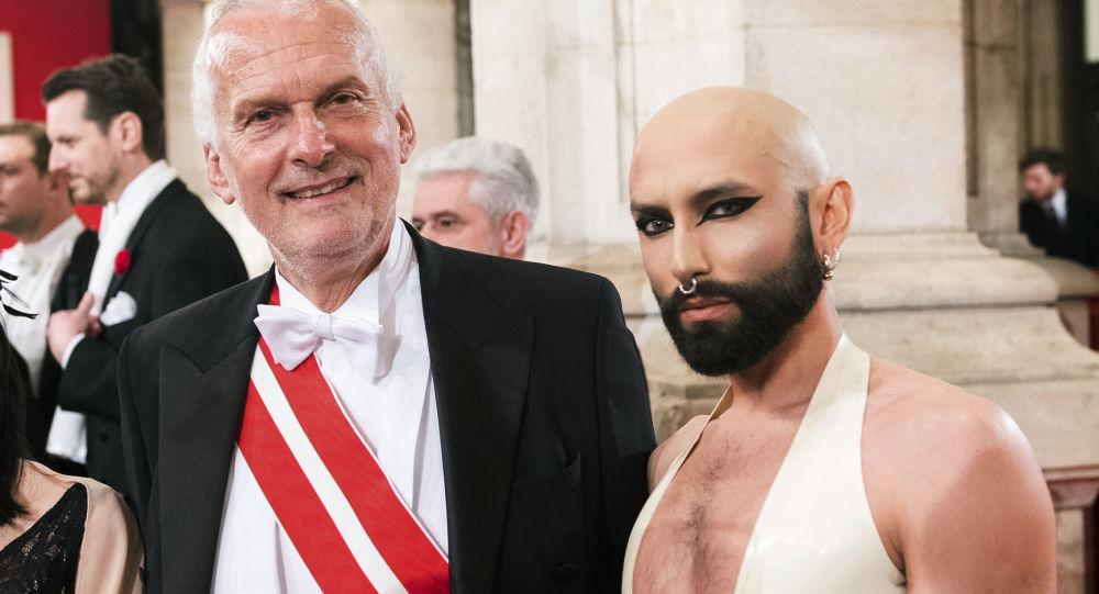 Rakouský byvalý ministr spravedlnosti Josef Moser a Conchita Wurst na vídeňském plese