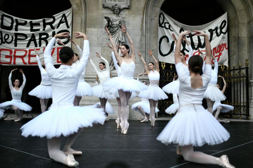 Baleríny před budovou Opéra Garnier v Paříži protestují proti důchodové reformě ve Francii