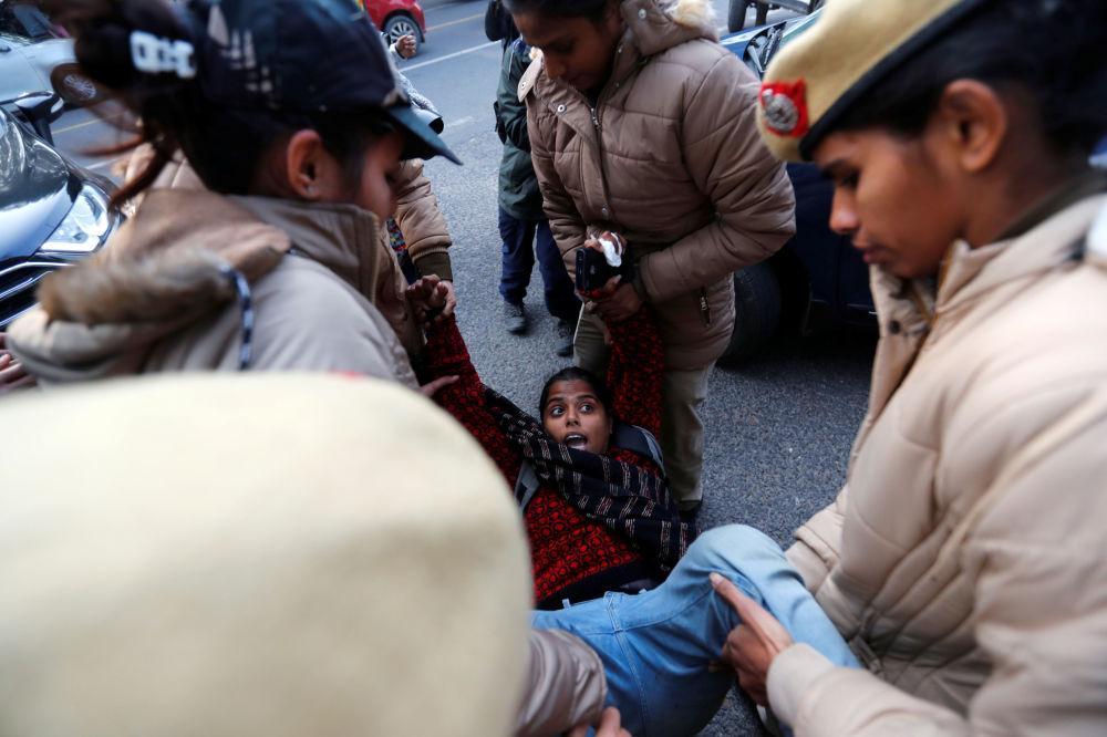 Policie v Indii zadržela demonstrantku během protestní akce proti přijetí zákona o občanství