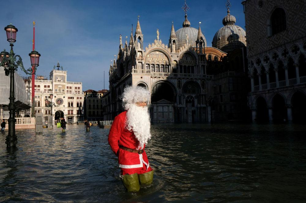 Muž v obleku Santa Clause na náměstí Svatého Marka v Benátkách