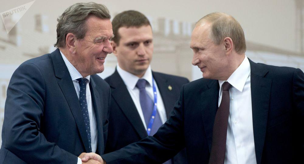Bývalý německý kancléř Gerhard Schröder a ruský prezident Vladimir Putin během 20. ročníku Petrohradského mezinárodního ekonomického fóra v roce 2016