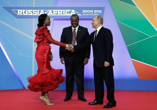 Ruský prezident Vladimir Putin a král e Swatini (svazijský král) Mswati III. s manželkou na rusko-africkém summitu v Soči