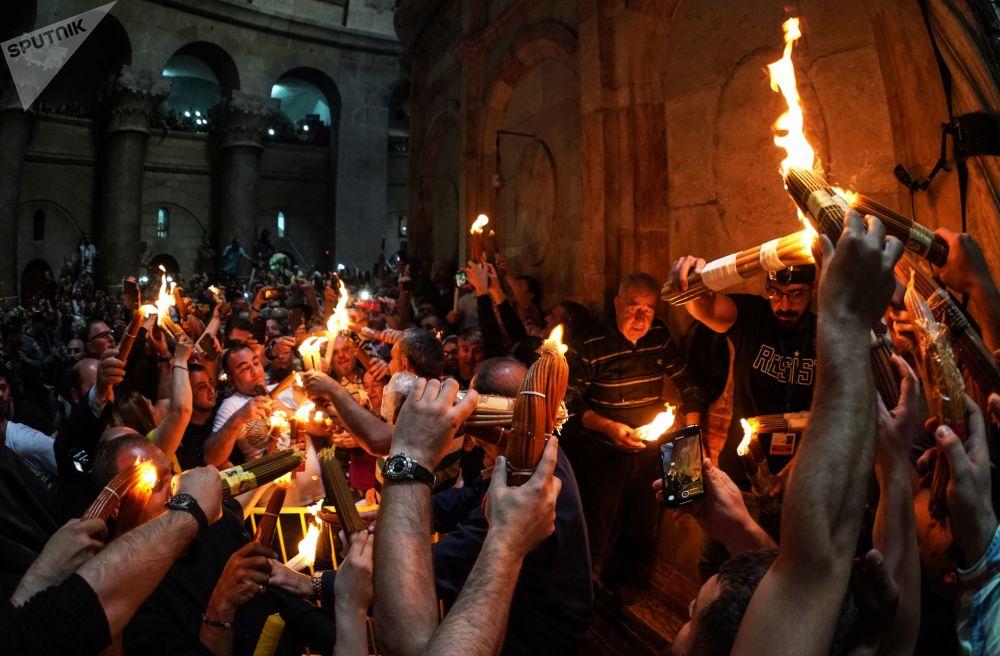 Věřící slaví sestup Svatého ohně v chrámu Božího hrobu