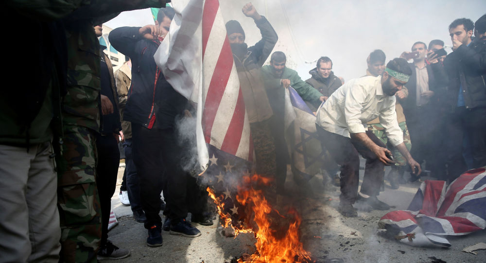 Íránci pálí americké a britské vlajky po vraždě Kásima Sulejmaního
