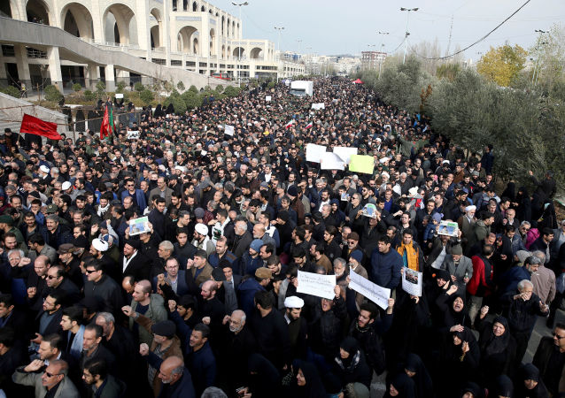 Demonstrace v Íránu po vraždě generála Kásima Sulejmáního